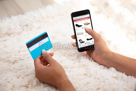 kvinde ved hjaelp af kreditkort til