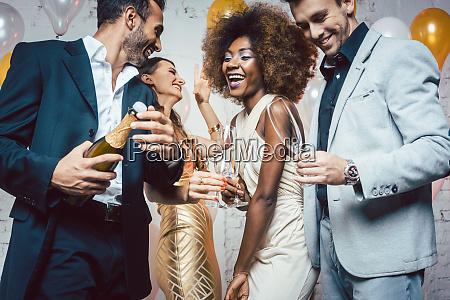 mand abning champagne flaske pa fest