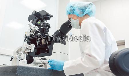 kvinde laege som arbejder i medicinsk