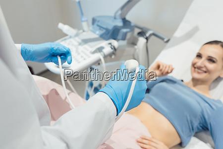 gynaekolog forsoger ultralydsundersogelse af patienten