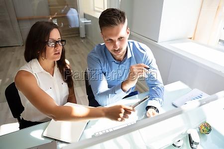 to forretningsfolk ser pa computer der