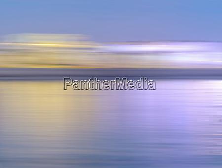 abstrakt sloret bevaegelse skyline over vand