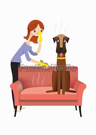 kvinde naermer ildelugtende hund pa sofaen