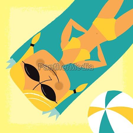 smilende, kvinde, solbadning, på, stranden - 26028063