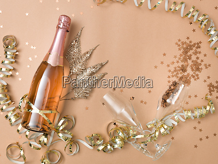 nytarsbaggrund med flaske champagne pa bronze