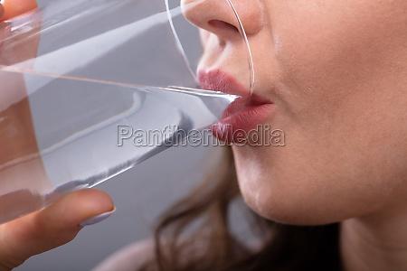 kvinde drikkevand