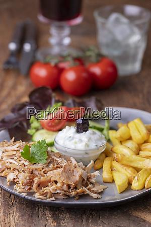 graesk gyros med tzaziki og fries
