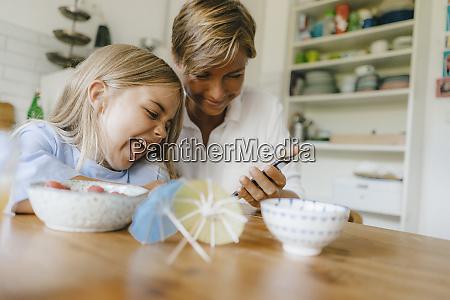 glad mor og datter har det