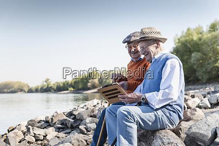 to gamle venner sidder ved floden