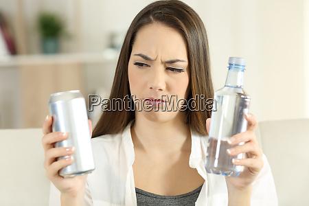 forvirret pige beslutter mellem soda forfriskning