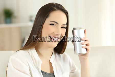kvinde der viser en forfriskning kan