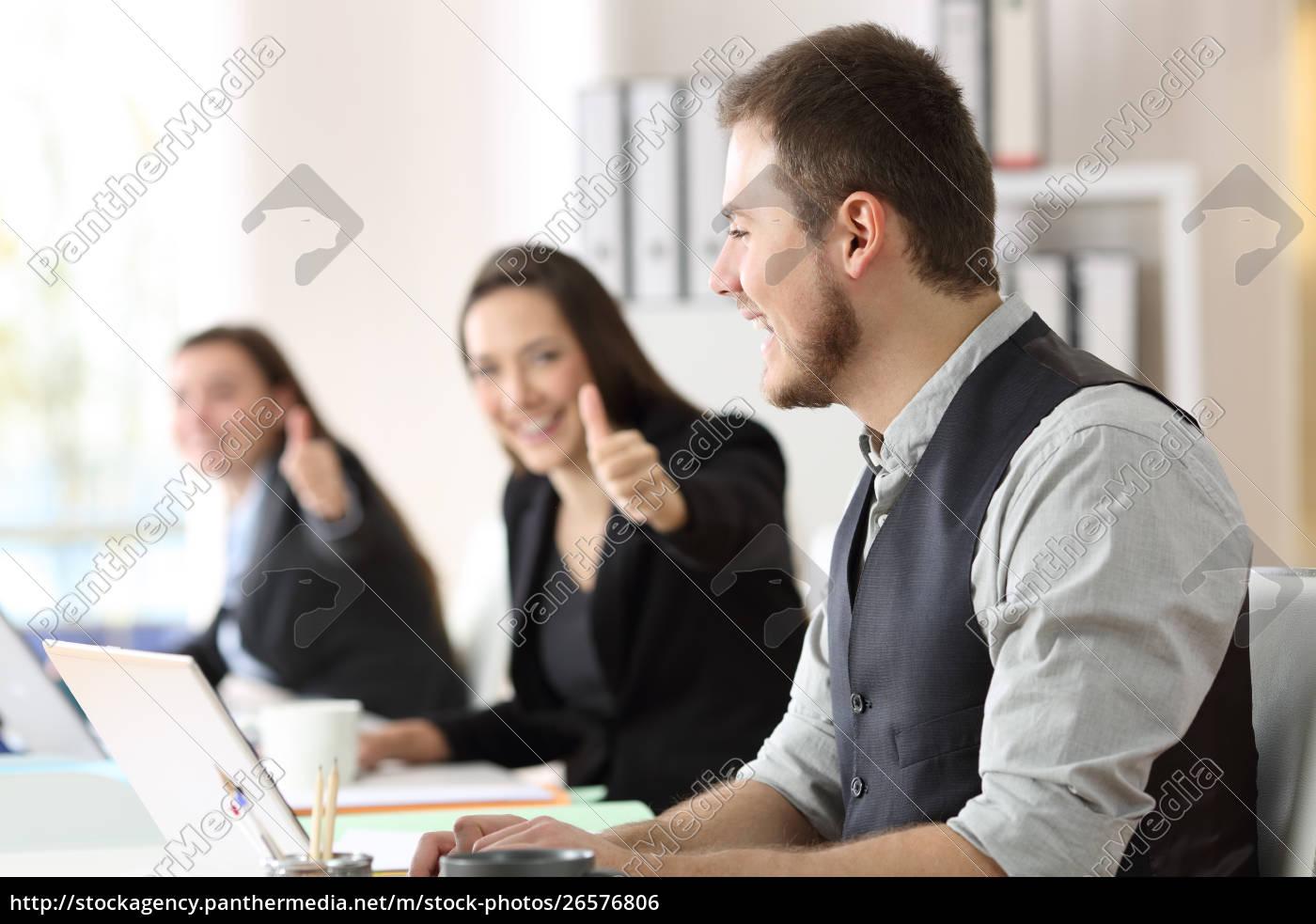 stolt, medarbejder, bliver, lykønsket, af, kolleger - 26576806