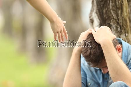 trist teen og en hand der