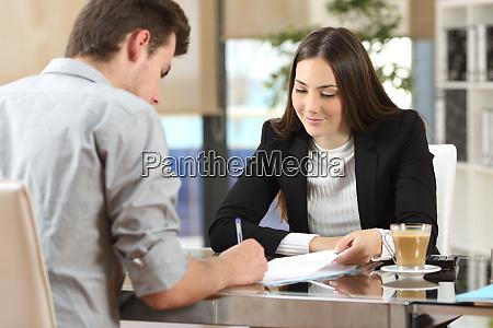 klient signering af et dokument pa
