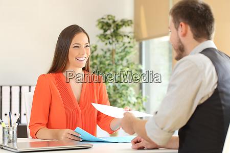 kvinde giver genoptage i en jobsamtale