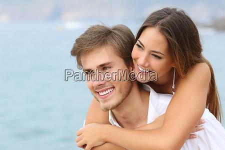 lykkeligt par forelsket i perfekt smil