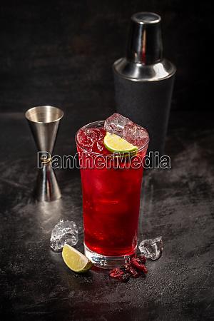tranebaer og lime cocktail