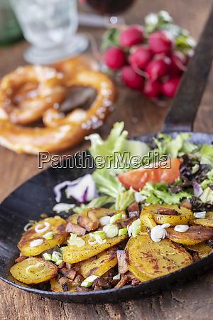 tyrolsk kartoffel groestl med log
