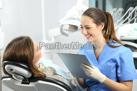 tandlaege med medicinsk historie beder til