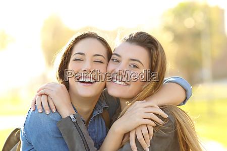 glade venner med perfekt smil krammer