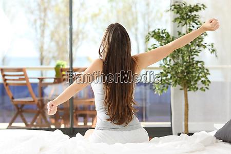 kvinde straekker arme og vagne op