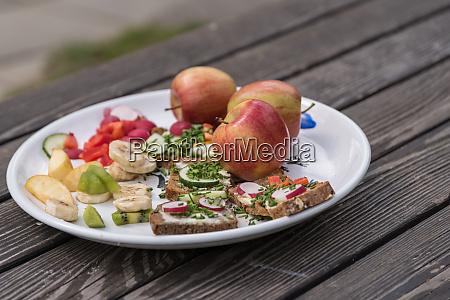 sund mad pa rustikt traebord med