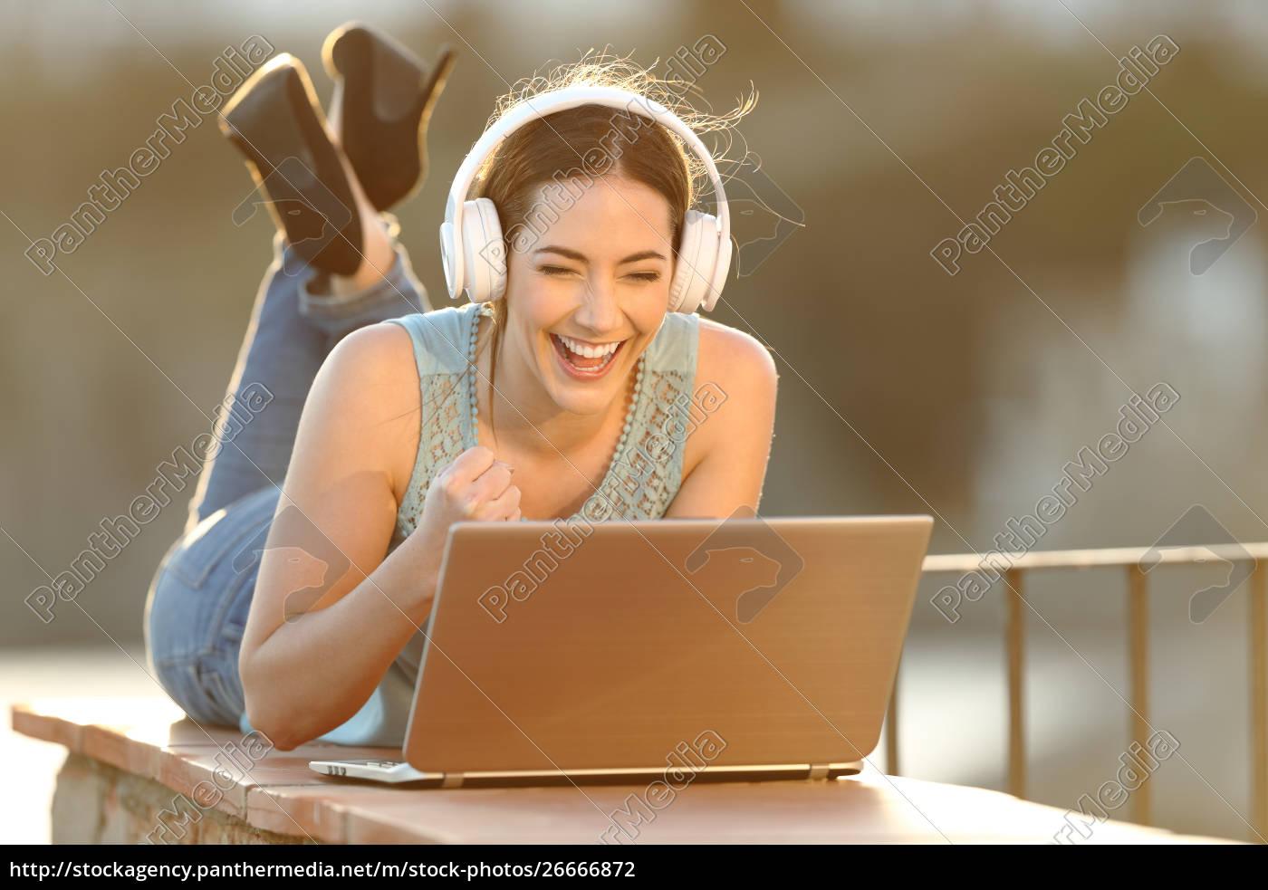 spændt, pige, iført, hovedtelefoner, ser, medier - 26666872