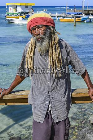 en mand star langs vandets kant