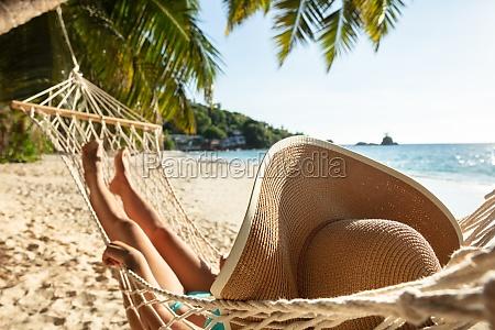 kvinde i bikini liggende pa haengekoje