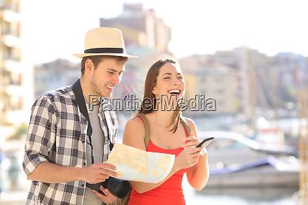 glade par af turister nyder ferierejser