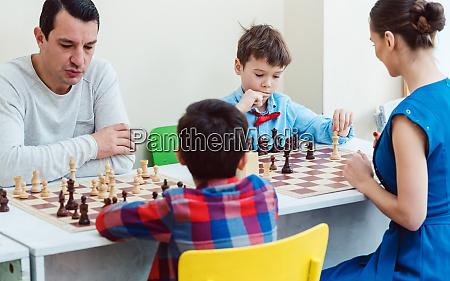 folk spiller en skak turnering