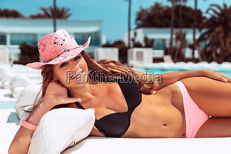 smuk, kvinde, garvning, på, stranden - 27101994