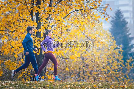 kvinde og mand jogging eller lob