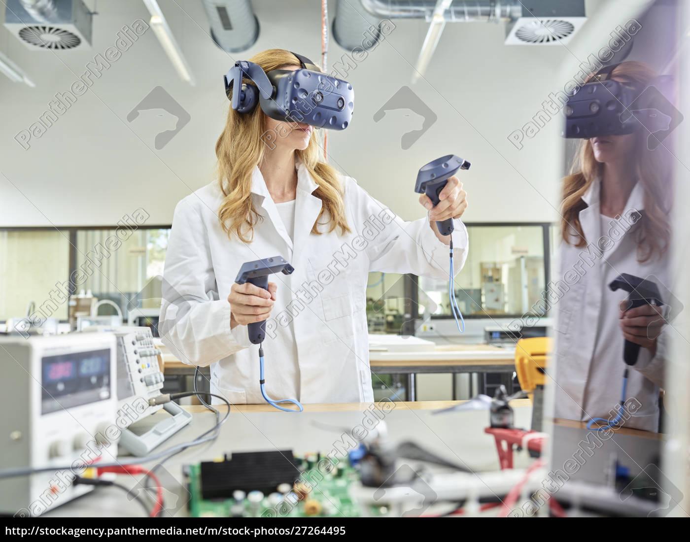 kvindelig, tekniker, som, arbejder, med, 3d-briller - 27264495