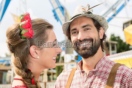 mand og kvinde i tracht pa