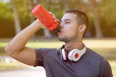drikkevand runner ung mand korer jogging