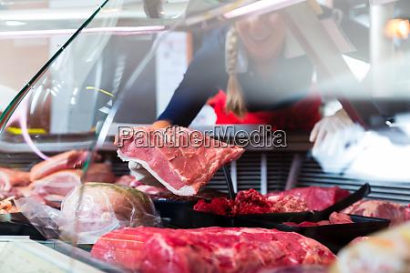 kod i en slagterforretning display bliver