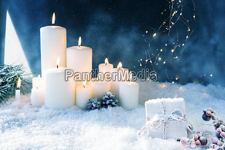 juledekoration i snedaekket vinternat