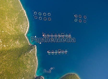 luftfoto af fiskeopdraet pa adriaterhavet