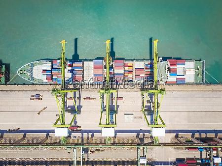 luftfoto af et handelsskib i singapore