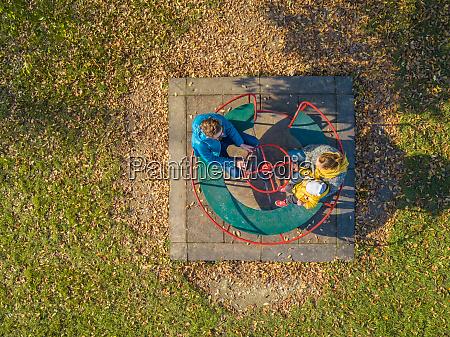 luftfoto af familie spinning pa karrusel