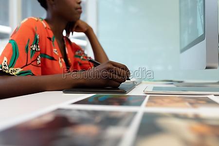 kvindelig grafisk designer arbejder pa grafisk