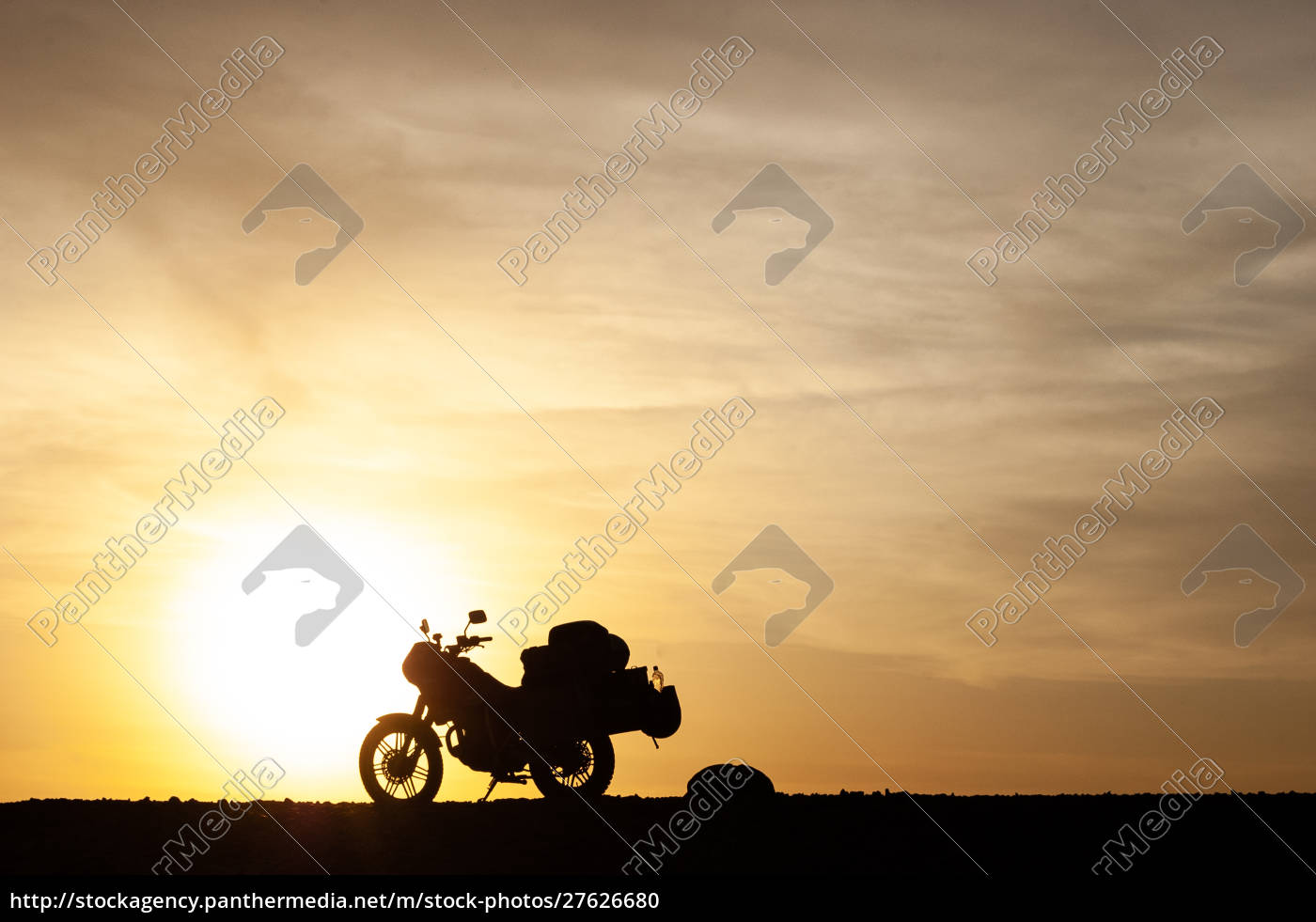 silhuetted, touring, motorcykel, ved, solnedgang - 27626680