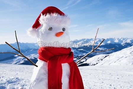 ufuldstaendig snemand med hat og torklaede