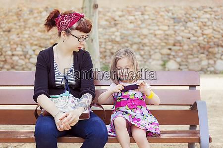 mor og lille datter sidder sammen