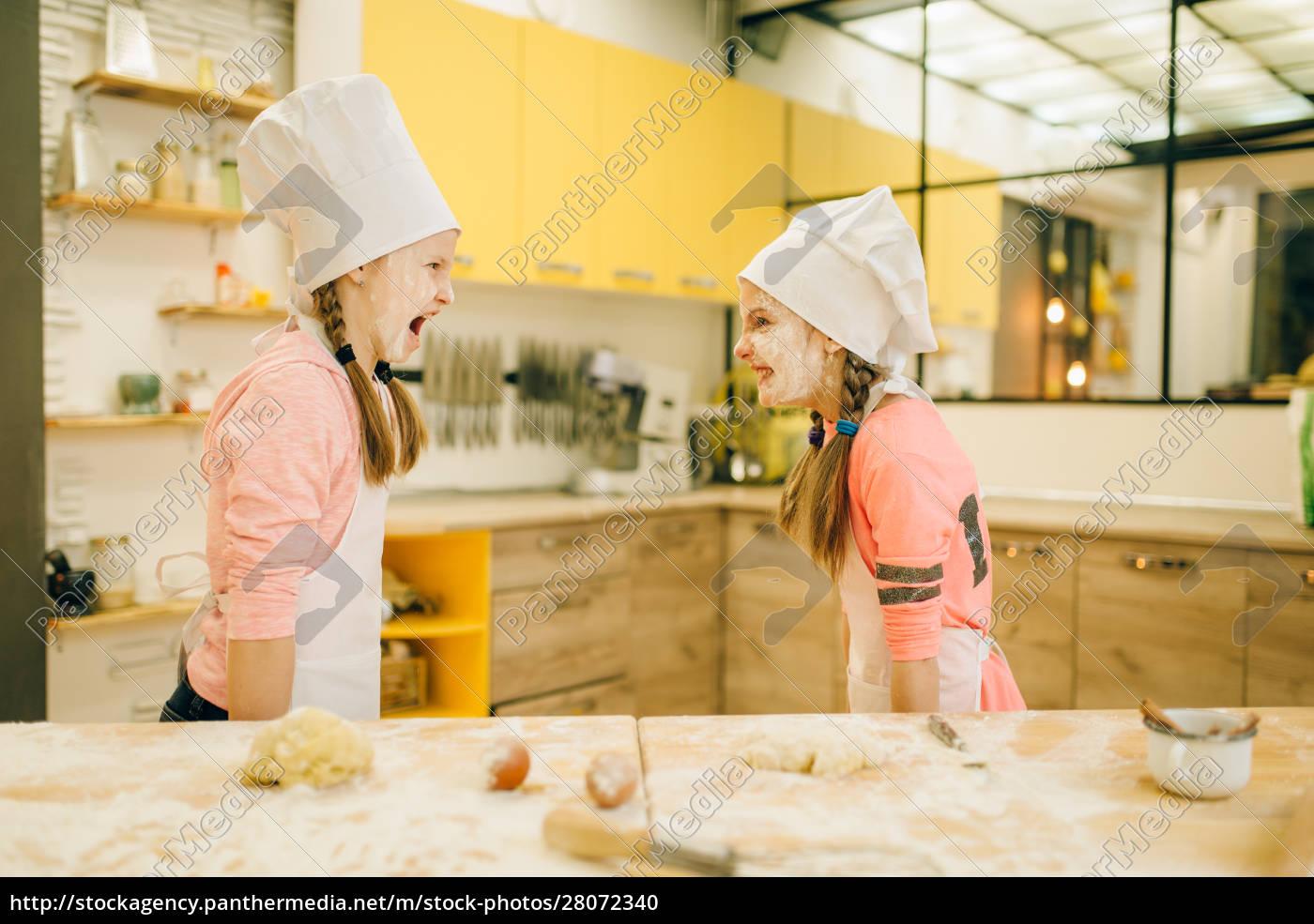 to, små, piger, kokke, er, spiller - 28072340