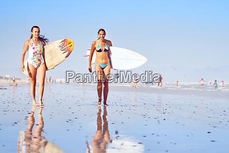 portraet selvsikker unge kvindelige surfere pa