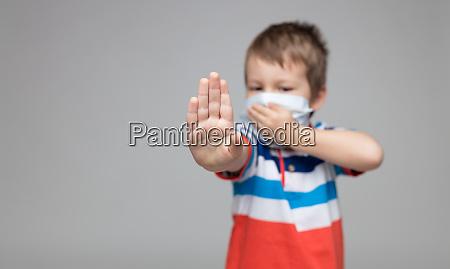 lille barn ifort en respiratorisk maske