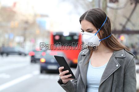 kvinde med maske ved hjaelp af