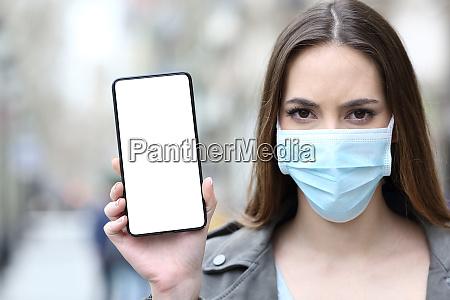 kvinde med beskyttende maske der viser